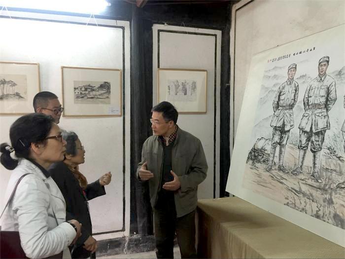 20160428在梁弄《红色四明》画展现场,回答何克希司令员夫人陈孟庸妈妈的提问.JPG